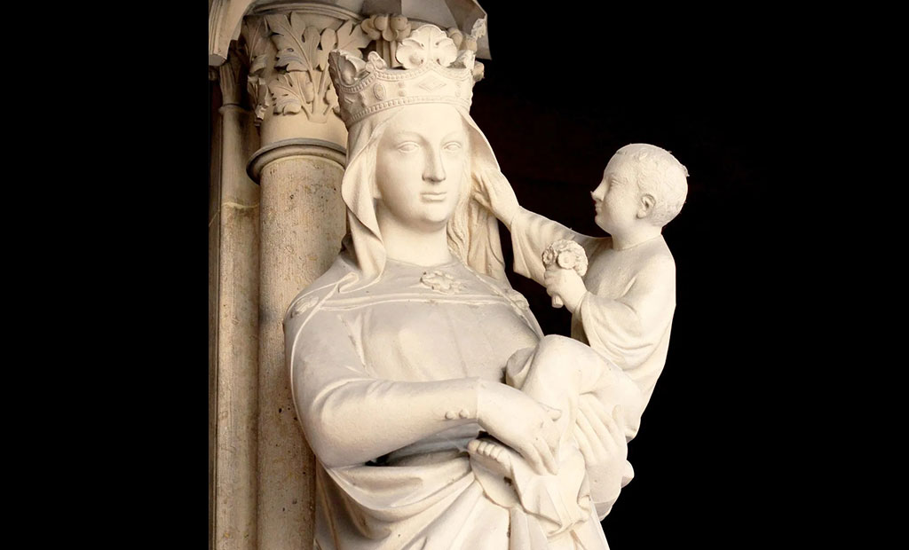 مجسمه حضرت مریم و عیسی کودک در وسط درب ورودی نمازخانه طبقه پایین