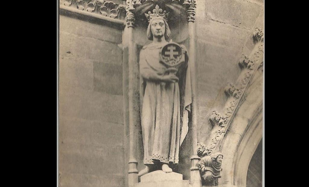 مجسمه سن لوئی که قطعه ای از صلیب راستین را حمل می کند