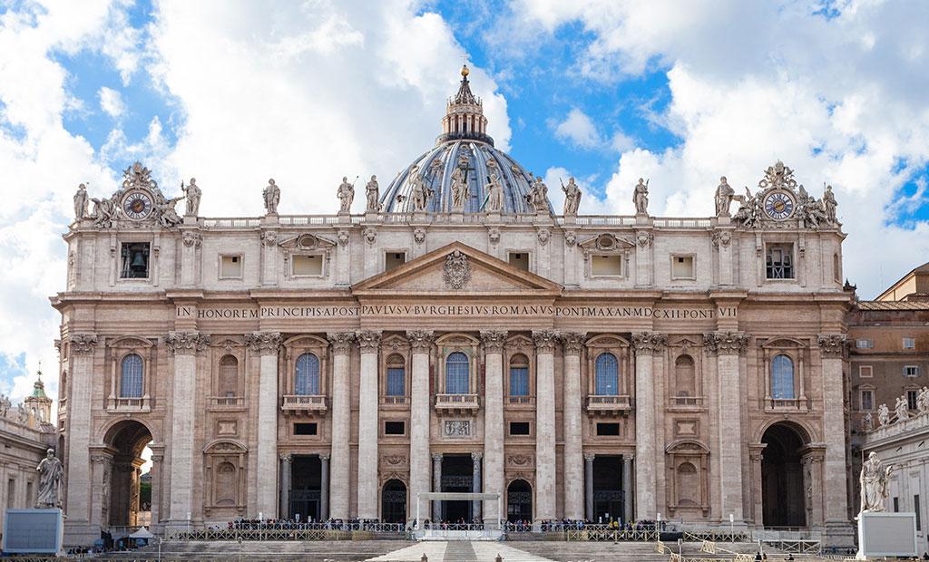 نمای غربی کلیسای سن پیتر شهر رم