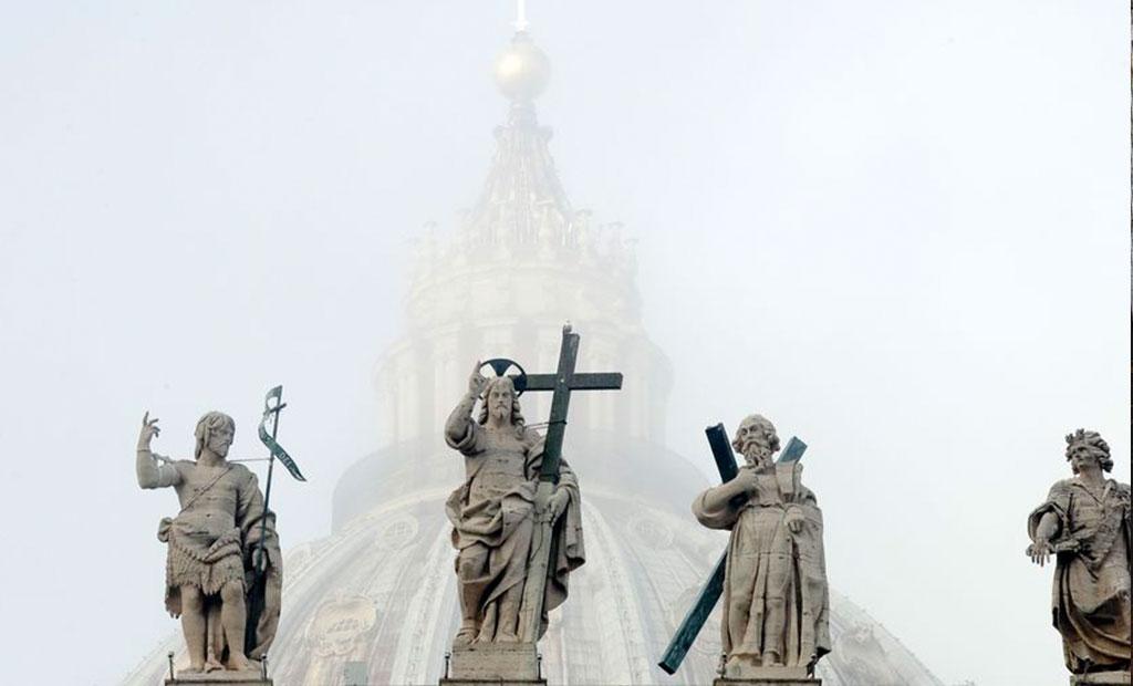 مجسمه حضرت مسیح و حضرت یحیی و حواریان بالای نمای غربی