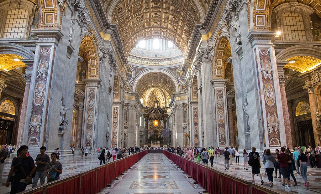فضای داخلی کلیسای سن پیتر رم