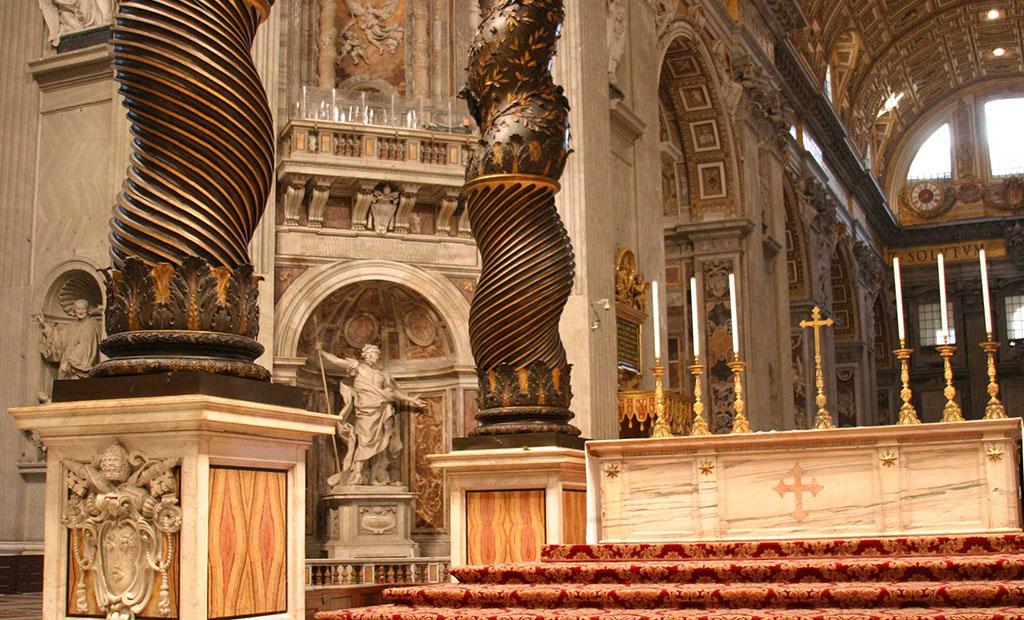 بالداکینو یا آسمانه که قبه مخصوص محراب اختصاصی پاپ است