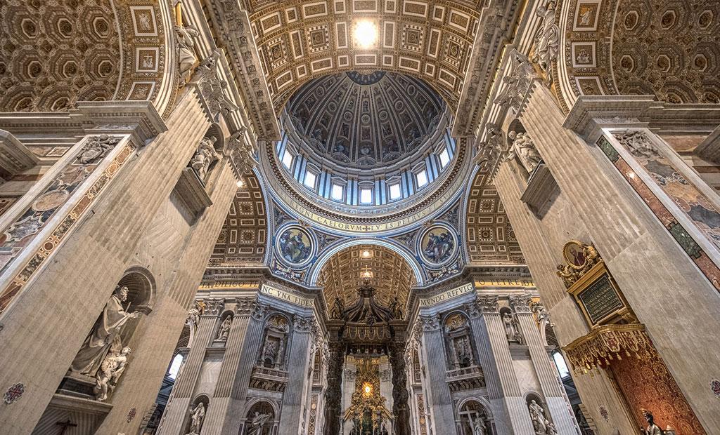 فضای داخلی کلیسای سن پیتر شهر رم