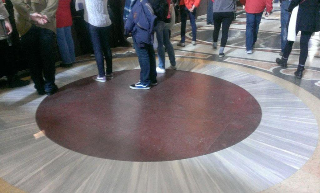 سنگ مرمر قرمز رنگ که امپراتوران قدیم بر روی آن می ایستادند و تاج گذاری می کردند