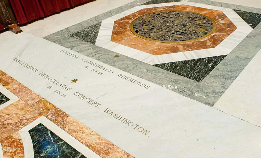 نشانه های ستاره ای شکل که طول کلیساهای مختلف را در مقایسه با کلیسای سن پیتر مشخص می کند