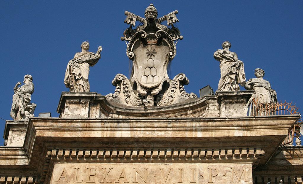 نشان رسمی پاپ الکساندر هفتم بر روی ستون بندهای میدان سن پیتر