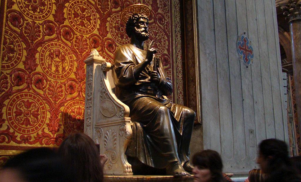 مجسمه برنزی پطروس قدیس در کلیسای سن پیتر