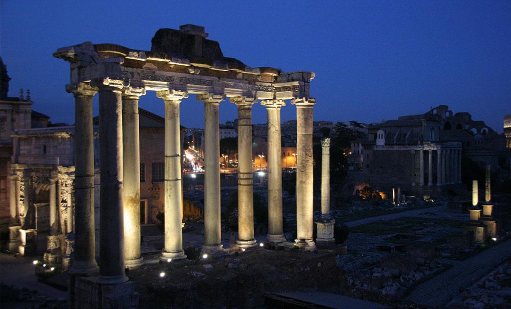 ستون های باقیمانده از معبد ساتورن