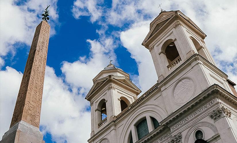 کلیسای ترینیتا دی مونتی در بالای پله های اسپانیایی