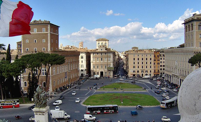 نمایی از میدان ونیز قلب ترافیکی شهر رم