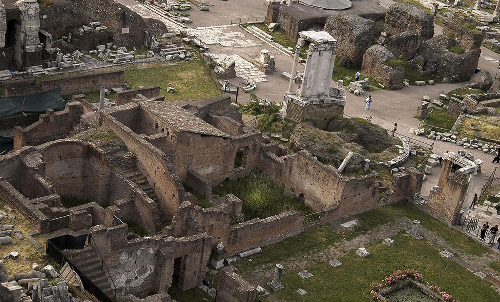 ویرانه های خانه وستا در کنار معبد وستا