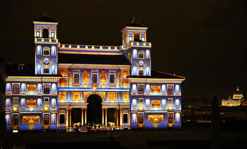 نمای نورپردازی شده قصر مدیچی یا آکادمی فرانسوی در شهر رم